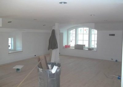 an empty livingroom with freshly painted walls